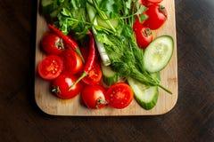 Hölzerne Planke mit Gemüse für einen vegetarischen Salat 2 stockfotos