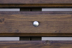 Hölzerne Planke mit glänzendem Knopf lizenzfreies stockbild