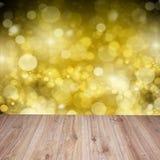 Hölzerne Planken mit goldenem bokeh Hintergrund Stockfotografie