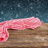 Hölzerne Planken mit rotem Stoff Stockfotos