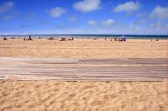 Hölzerne Planken promenieren auf dem Strand von Trouville Stockbilder