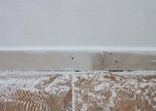 Hölzerne Plankengrenze des synthetischen Zementes auf Betonmauer Stockfoto