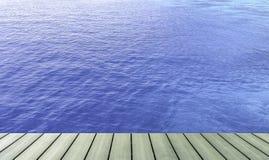 Hölzerne Plankentischplatte an der Seeblauwand Stockfoto