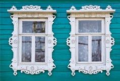 Hölzerne platbands auf Fenster zwei eines Dorfhauses Stockfotos