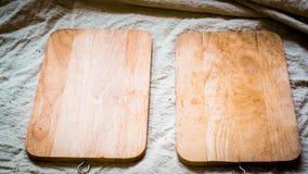 Hölzerne Platte auf der natürlichen Leinenabdeckung, die Nahrungsmittelmenüidee kocht lizenzfreie stockfotos