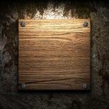 Hölzerne Platte auf Wand Lizenzfreie Stockfotografie