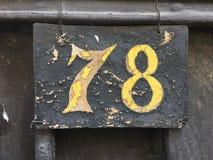 Hölzerne Platte des Weinleseschmutz-Quadrats der Zahl des Straße und Hausnummer mit Zahl Lizenzfreies Stockfoto