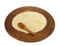 Hölzerne Platte mit organischer Reismelde Stockbild
