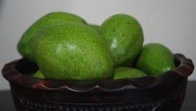 Hölzerne Platte mit reifen Avocados Stockfoto