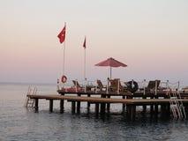 Hölzerne Plattform mit Aufenthaltsraum auf Meer im Truthahn stockfoto