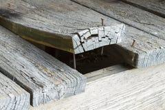 Hölzerne Plattform-Planke, die verworfen wird und oben gekräuselt ist Lizenzfreie Stockbilder