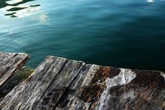 Hölzerne Plattform und blauer See Stockbild