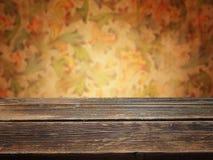 Hölzerne Plattformtabelle mit Blumenweinlesehintergrund Lizenzfreie Stockfotografie