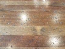 Hölzerne Poliertabelle mit Gruben oder Einrückungen lizenzfreie stockfotografie