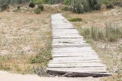 Hölzerne Promenade auf dem Sand Stockbilder