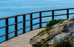 Hölzerne Promenade entlang der Seeküste aufgestellt auf einem Klippenfelsen in Rincon de la Victoria, Costa del Sol, Andalusien,  lizenzfreie stockfotos