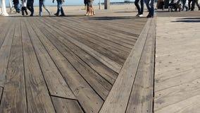 Hölzerne Promenade herein am Strand Lizenzfreies Stockfoto