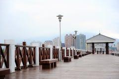 Hölzerne Promenade mit Wolkenkratzern im Hintergrund Stockfotos