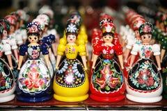 Hölzerne Puppen in den ungarischen Volkskostümen als Andenken in der Reihe Lizenzfreie Stockbilder