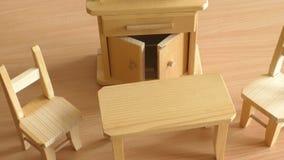 Hölzerne Puppenmöbel: Tabelle, Stühle und Buffet Hölzerne Spielzeugminiaturmöbel für Kinder stock video footage