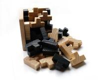 Hölzerne Puzzlespielblöcke auf weißem Hintergrund Stockfotos