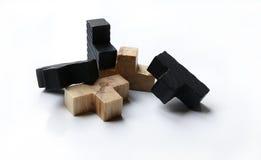 Hölzerne Puzzlespielblöcke auf weißem Hintergrund Stockfoto