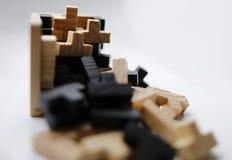 Hölzerne Puzzlespielblöcke auf weißem Hintergrund Stockfotografie