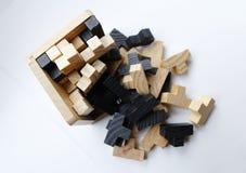 Hölzerne Puzzlespielblöcke auf weißem Hintergrund Lizenzfreie Stockbilder