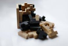 Hölzerne Puzzlespielblöcke auf weißem Hintergrund Stockbild
