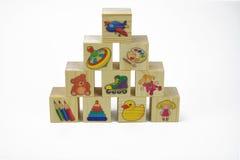 Hölzerne Pyramide des Spielzeugs von Blöcken mit Bildern lizenzfreies stockfoto