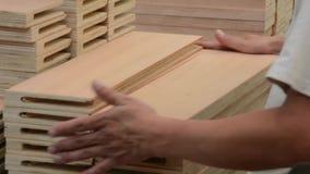 Hölzerne Qualitätskontrolle Möbeldesign stock video footage