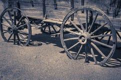 Hölzerne Räder des wilden alten Westlastwagens Lizenzfreies Stockbild