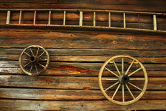 Hölzerne Räder und eine Strichleiter Stockbild