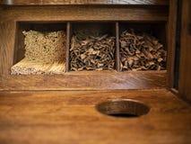 Hölzerne rührende Wegwerfstöcke für Kaffee und Zucker in den Stöcken liegen auf einem hölzernen Regal stockfotografie