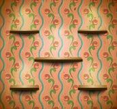 Hölzerne Regale im Retro- Raum Stockbilder