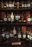 Hölzerne Regale mit alten Flaschen und Aufklebern lizenzfreie stockfotografie