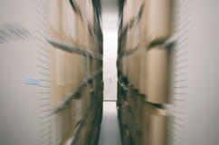 Hölzerne Regale voll von den Dokumenten gespeichert in einem alten Archiv, alte Archivdateien, ArchivLagerraum Stockbilder