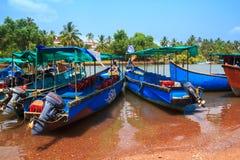 Hölzerne Reiseboote sind im Hafen in Goa, Indien Stockfotos