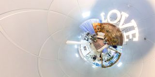 Hölzerne Romanze Zusammensetzung der Weinlese mit Liebeszeichen und Minisofa Abstraktes Bild der Liebe Hintergrund für Liebe Lizenzfreies Stockfoto