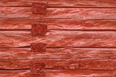 Hölzerne rote Bauholzwand verwittert Lizenzfreie Stockfotos
