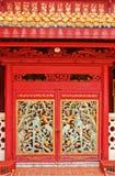 Hölzerne rote Tür der chinesischen Art Stockfotografie