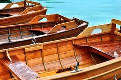 Hölzerne Ruderboote auf einem hölzernen Pier Boote auf dem See am Morgen Stockfoto