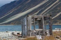 Hölzerne Ruinen auf der Küste Stockfotografie