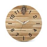 Hölzerne runde Wanduhr mit Eulenspielzeug - Uhr lokalisiert lizenzfreie stockfotos