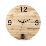 Hölzerne runde Wanduhr mit Eulenspielzeug - Uhr lokalisiert auf Weiß lizenzfreie stockfotografie