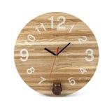 Hölzerne runde Wanduhr mit Eulenspielzeug - Uhr lokalisiert auf weißem b lizenzfreies stockbild