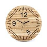 Hölzerne runde Wanduhr - Uhr lokalisiert auf Weiß lizenzfreies stockbild