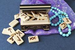 Hölzerne Runen in der Schatulle Stockbild