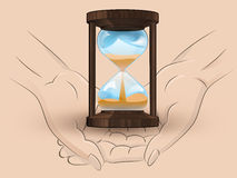 Hölzerne sandglass halten zwei menschliche Hände über Vektor Lizenzfreie Stockfotografie
