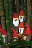 Hölzerne Sankt unter Bambusbaum lizenzfreies stockbild